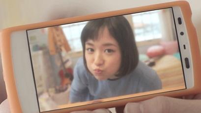 携帯で自撮りをする大原櫻子