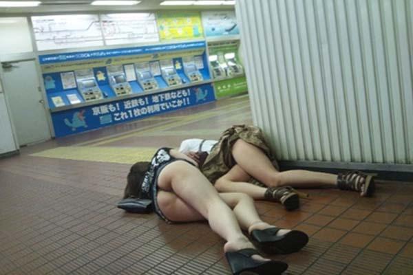 【画像あり】駅で泥酔してる女エロすぎワラタ