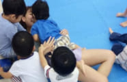 【画像あり】幼稚園児「ベロチューうんめぇ~」お姉さん「んっ…やめてっ……」